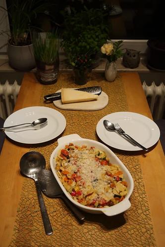 Gemüseauflauf mit handgemachten Orecchiette (Tischbild)