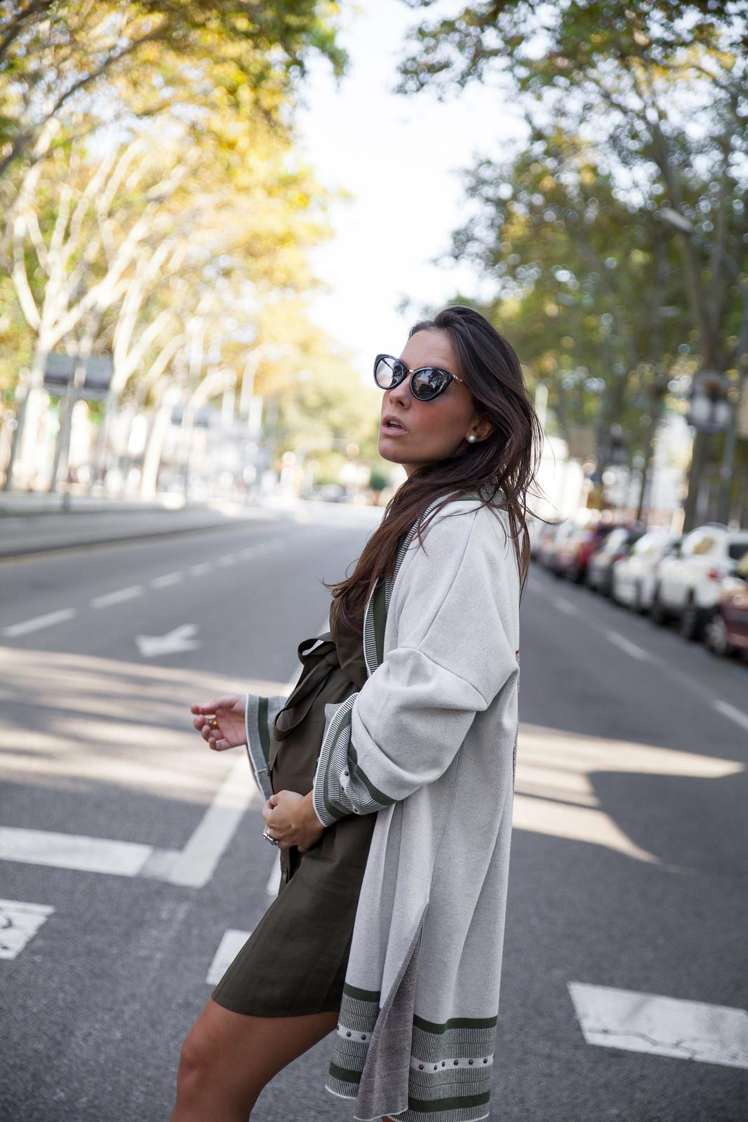 08_Como_combinar_un_cardigan_khaki_etnico_otoño_theguestgirl_rüga_laura_santolaira_influencer_embarazada_fashion_street_style_barcelona