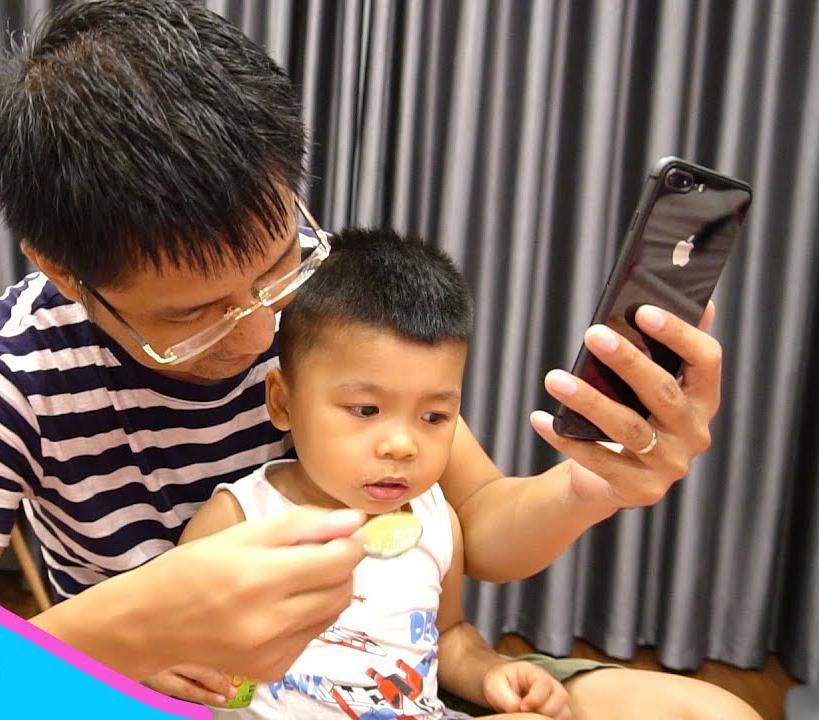 'Nhiều cha mẹ Việt lạm dụng video YouTube để dụ con ăn cơm'