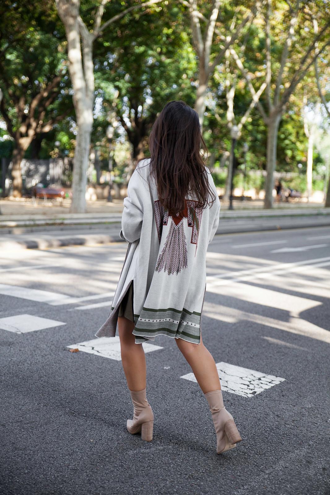 06_Como_combinar_un_cardigan_khaki_etnico_otoño_theguestgirl_rüga_laura_santolaira_influencer_embarazada_fashion_street_style_barcelona