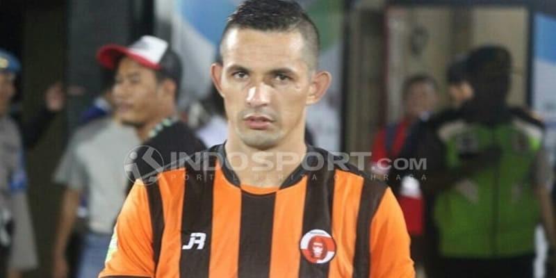 Striker Mualaf Perseru Harus Dijemput Petugas Karena Tidak Terima Kena Kartu Merah