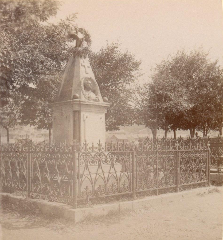 Памятник на могиле Тергукасова