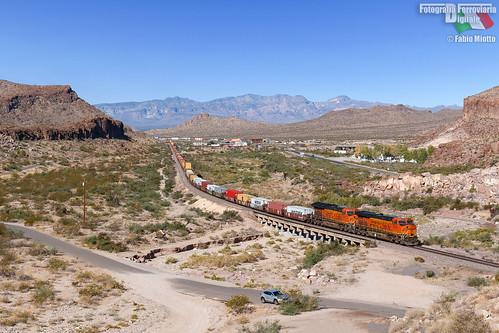 bnsf burlington northern santa fe es44c4 kingman canyon arizona route 66 stack container train railway transcon usa united states america us
