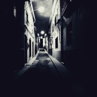 Calle de noche. por Roxana Riaño