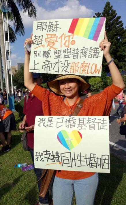 遊行中民眾透過標語、裝扮表達想法。圖/祝嘉敏攝