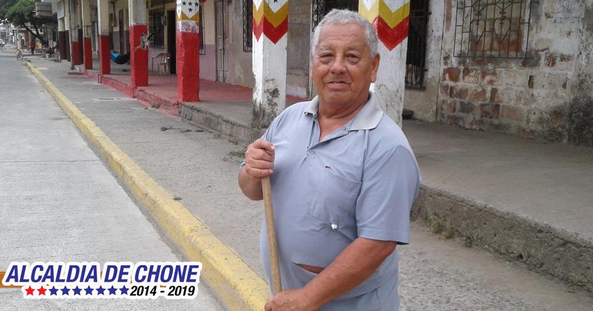 José un ciudadano que desde su casa contribuye a la limpieza de Chone