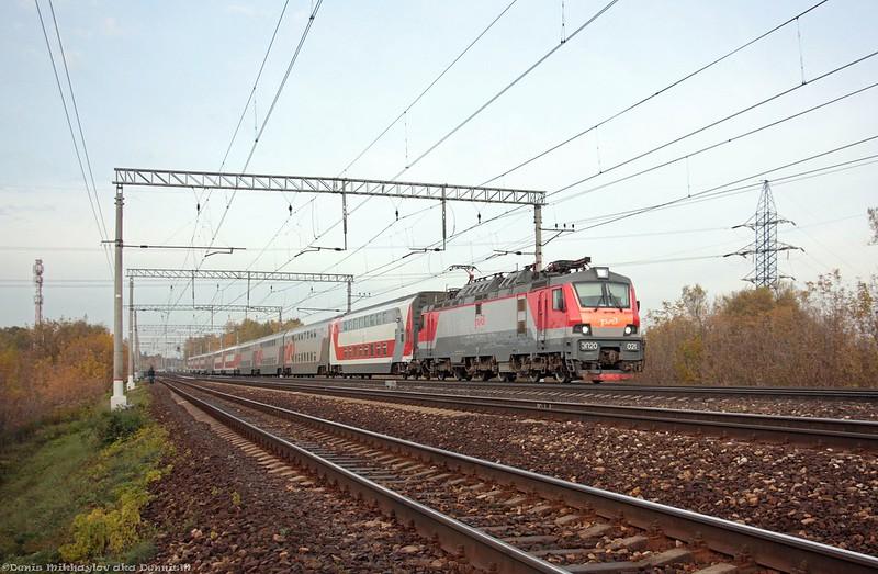 Электровоз ЭП20-021 с пассажирским поездом Москва - Кисловодск.
