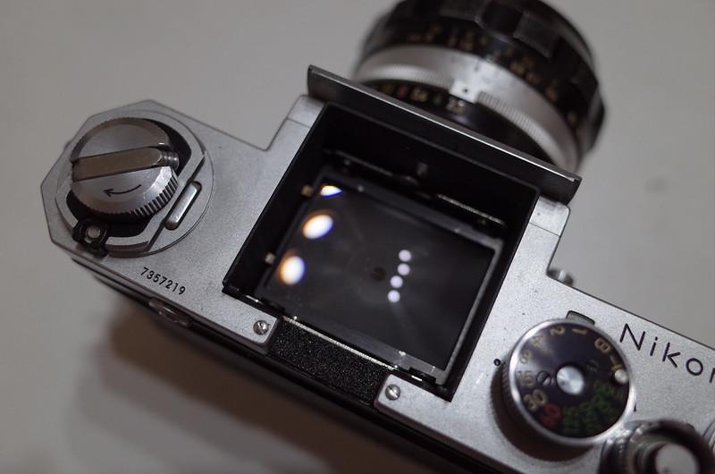 Nikon Fからファインダーを外したところ