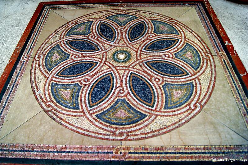 Мозаика у входа