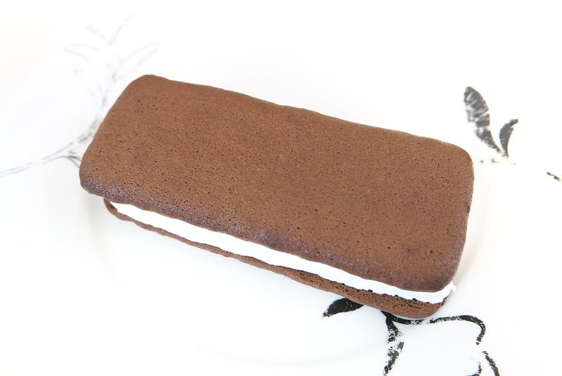 セブンイレブン チョコが濃厚なブラウニーサンド