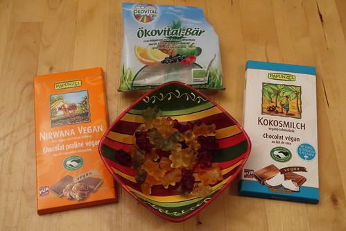 Vegane Schokolade mit Praliné-Füllung, vegane Kokosmilchschokolade und Ökovital-Bären