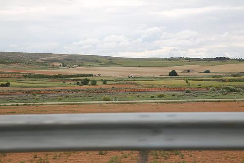 Betonauto en heuvels langs de snelweg