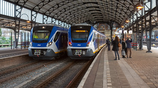 Haarlem SNG 2308 (l) en 2303 (r) Sprinter 6345 Leiden