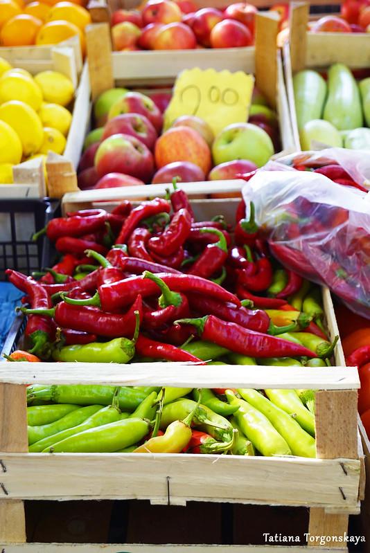 Ассортимент овощей и фруктов на рынке Требине