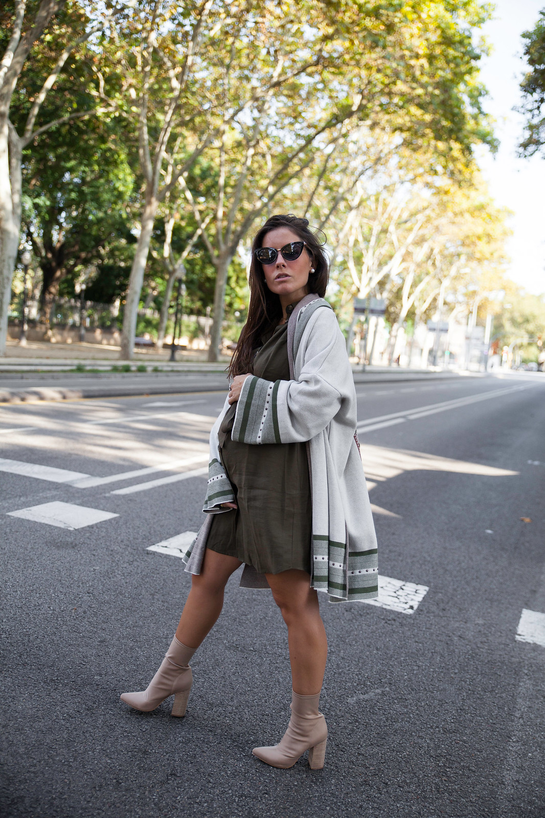 07_Como_combinar_un_cardigan_khaki_etnico_otoño_theguestgirl_rüga_laura_santolaira_influencer_embarazada_fashion_street_style_barcelona