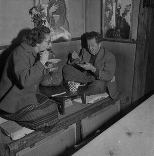 Mr. and Mrs. Buckley eating smoked eel, Tokyo, Japan / M. et Mme Buckley dégustant de l'anguille fumée, Tokyo (Japon)