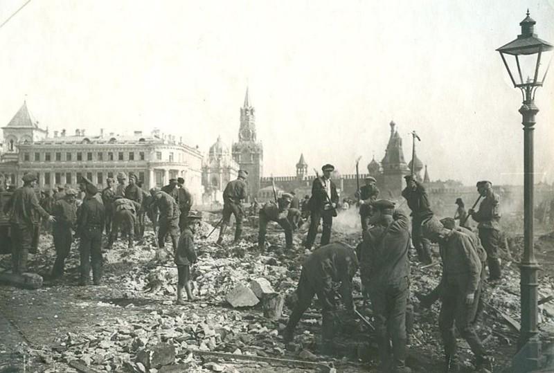 1920. Первомайский субботник. Уборка площади в Кремле.