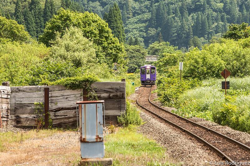 Tren de la línea Akita Nairiku por la naturaleza de Akita