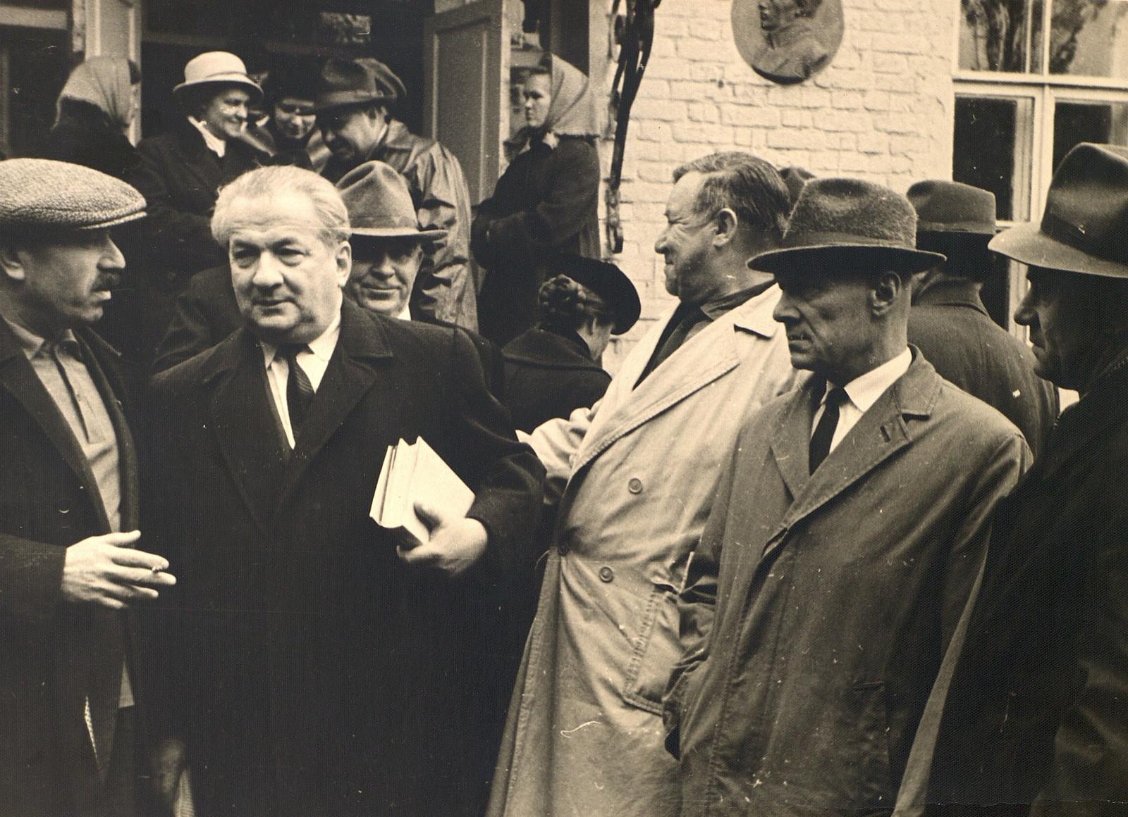 И.Л. Андроников у входа в барский дом. 1964 год