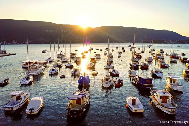 Вид на лодки в гавани на закате