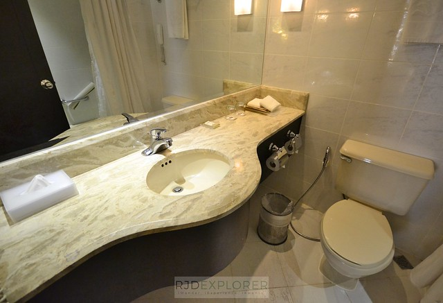 city garden hotel makati bathroom