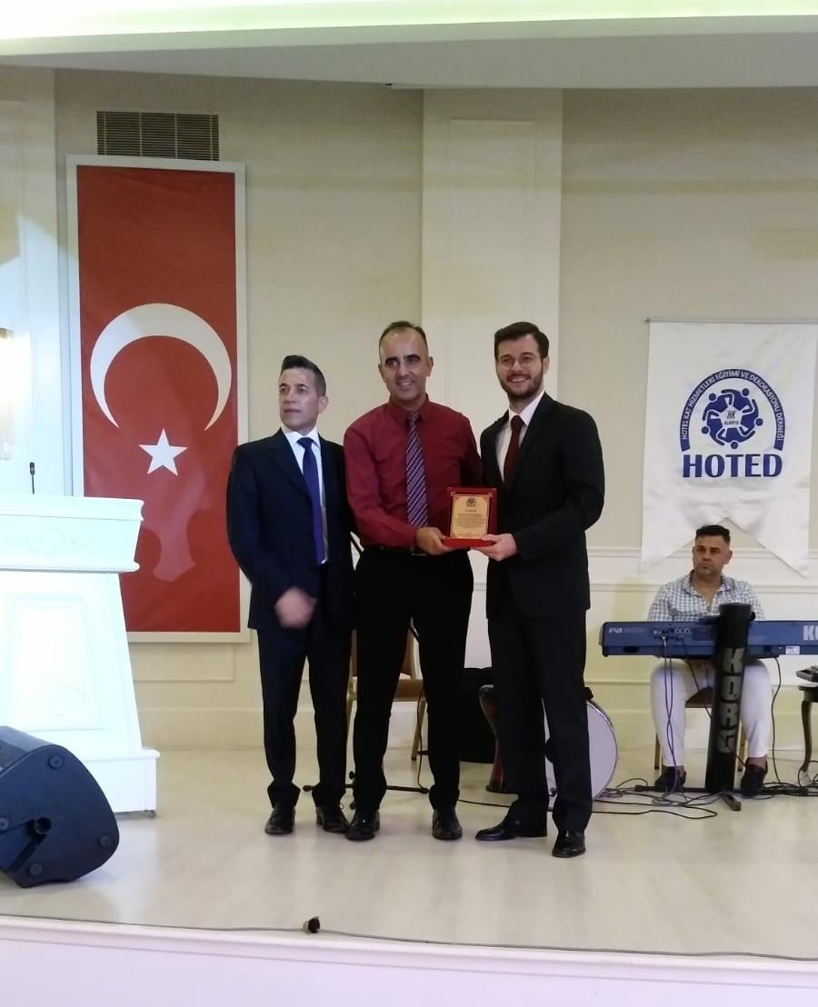 Gecenin sponsoru Diversey adına Yiğithan Erkut'a plaket takdim edildi