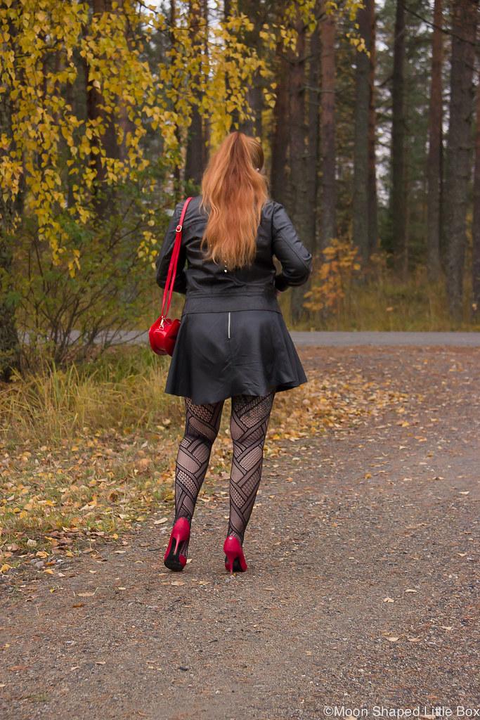 Lip bag, leatherskirt, leatherjacket, outfit, pitkät hiukset, verkkosukkahousut asussa, päivän asu