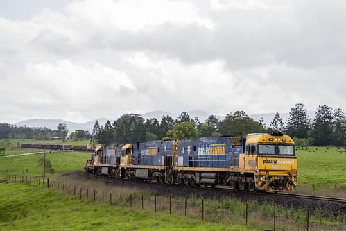 Pacific National NR Class 105/43/16 head 7WB3 through Nana Glen