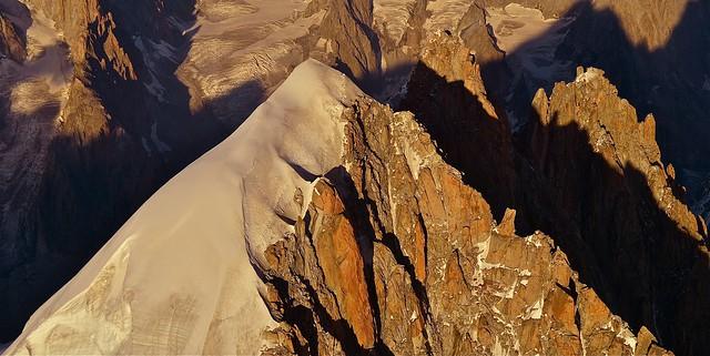 photo  de montagne en format panoramique  / le massif du mont-blanc vu du ciel