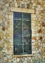 Window on a stone wallJanela em parede de Pedra
