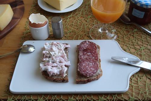 Fleischsalat und Bio-Stracke auf Roggenbrot