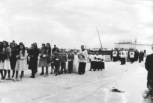 Processo a la Platja, amb mossèn Montoliu. 1948. La Francisca al fons.
