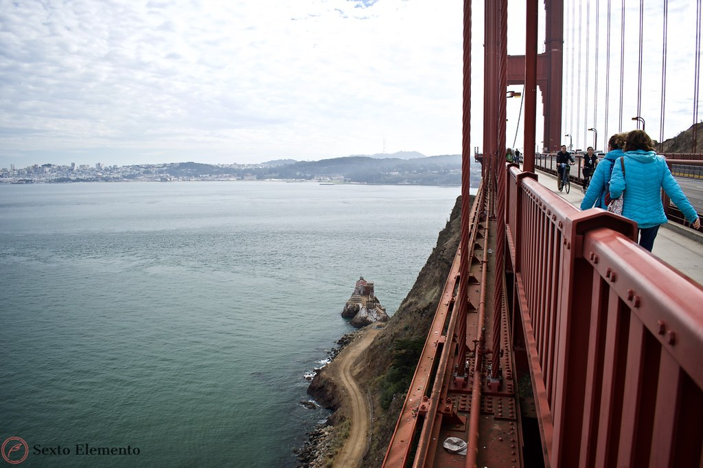 golden-gate-bridge-view-of-the-bay-and-people-walking