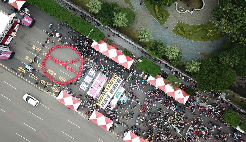 主辦單位用紅傘排出選票印的圖形,提醒民眾用選票表達意見。照片來源:台灣健康空氣行動聯盟