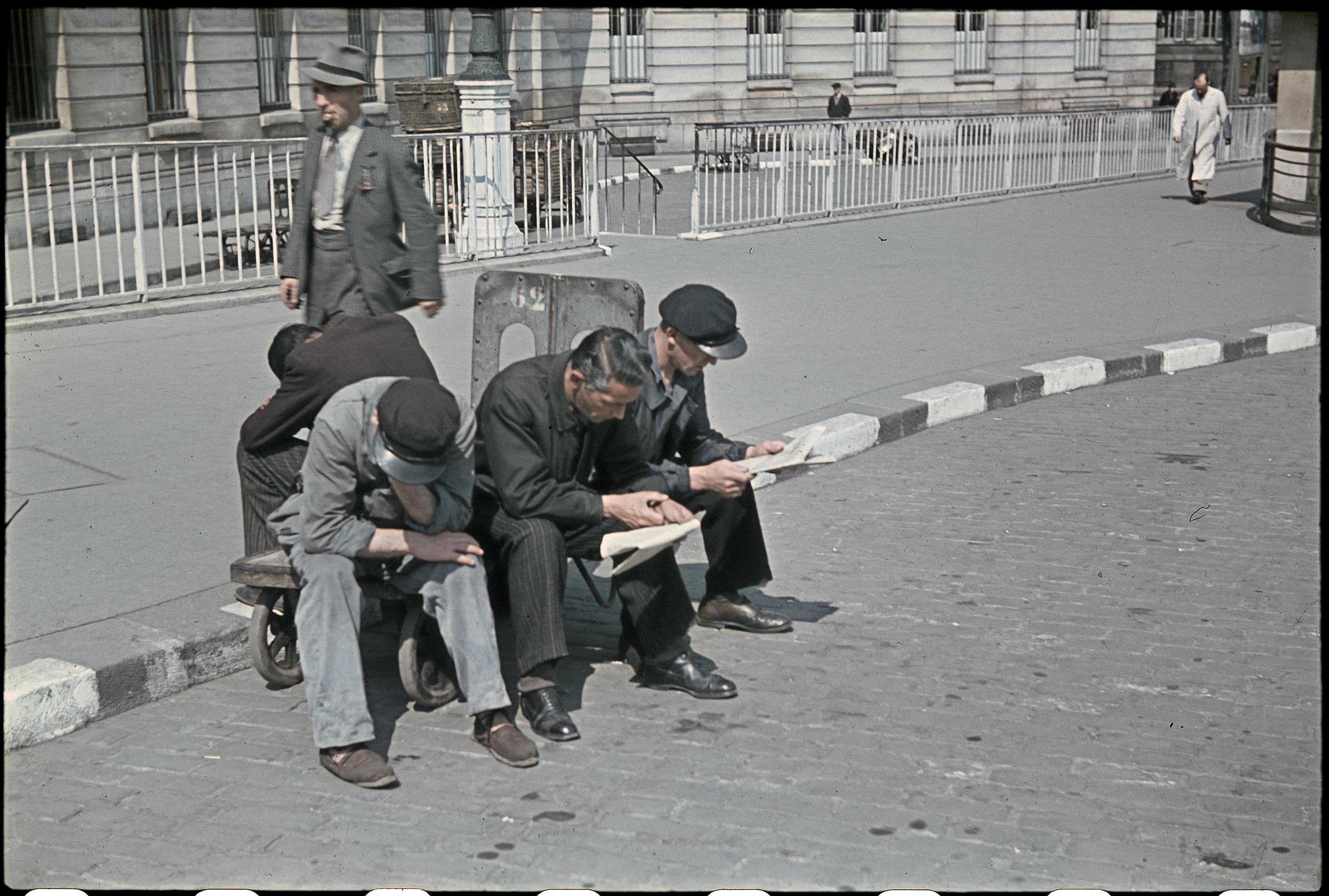 Носильщики на Лионском вокзале в ожидании клиентов