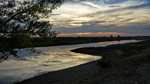Und der Mond grinst goldiggrün über der Insel da draußen im Fluß der Elbe nahe Graditz Hallo wurde gerufen, Ist da jemand, aber Niemand antwortete 00554