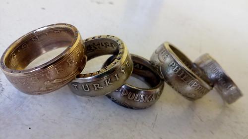 Anéis feitos de moedas do mundo