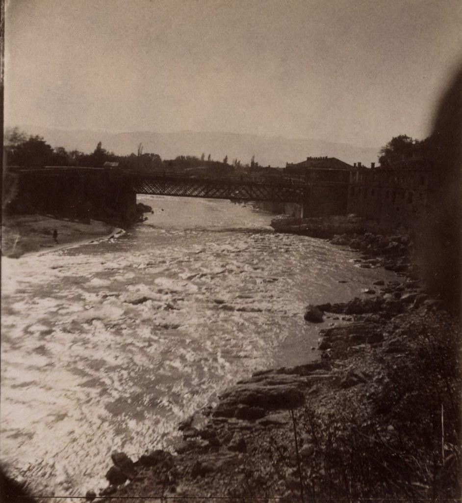 Красный мост и волны на реке Риони
