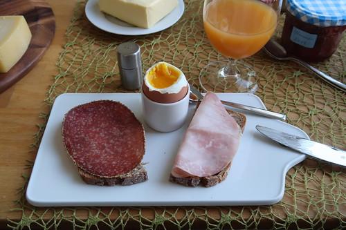 Pfeffersalami und Kochschinken auf Roggenbrot zum Frühstücksei