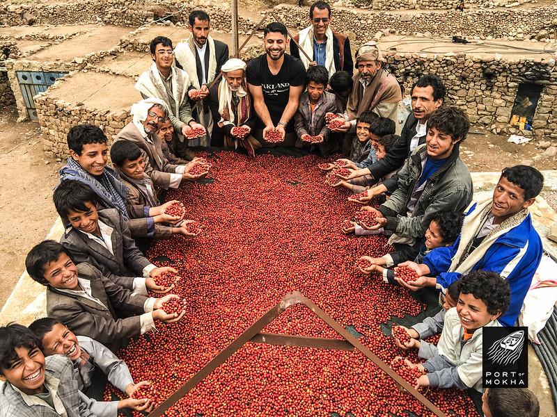 Mokhtar Alkhanshali cùng với các nông dân canh tác cà phê Yemen