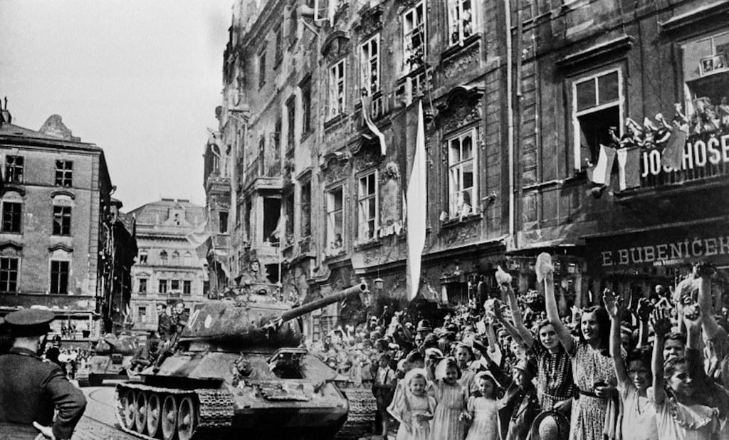 1945. Жители Праги приветствуют советских солдат