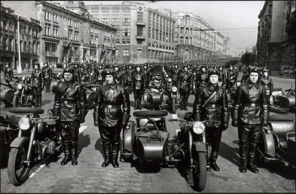 1951. Москва. Улица Горького. Перед парадом. Военные мотоциклисты