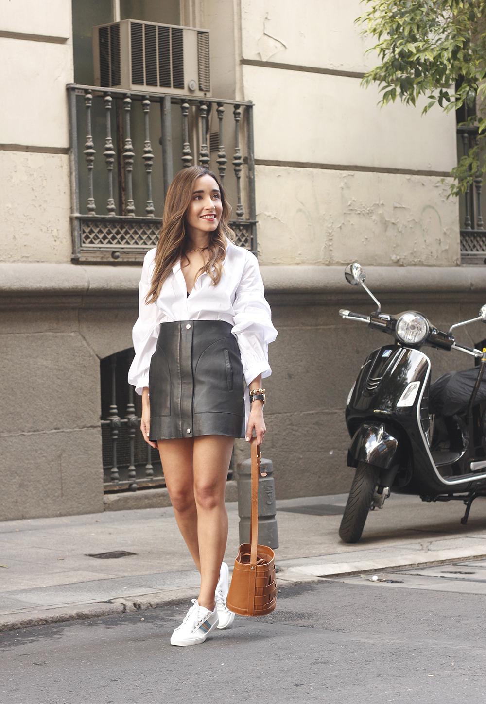 black leather skirt white shirt white sneakers la redoute street style fall outfit 201805