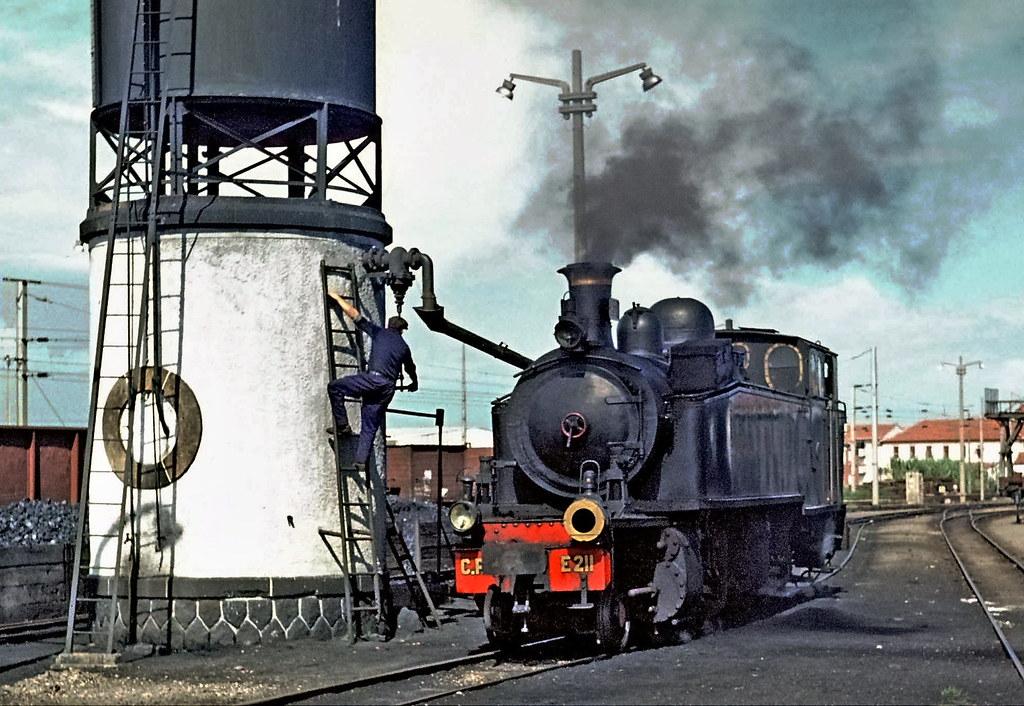 Locomotiva E211 a meter água em Espinho  (E211 2-4-6-0T Mallet fabricada pela Henschel, 1923).