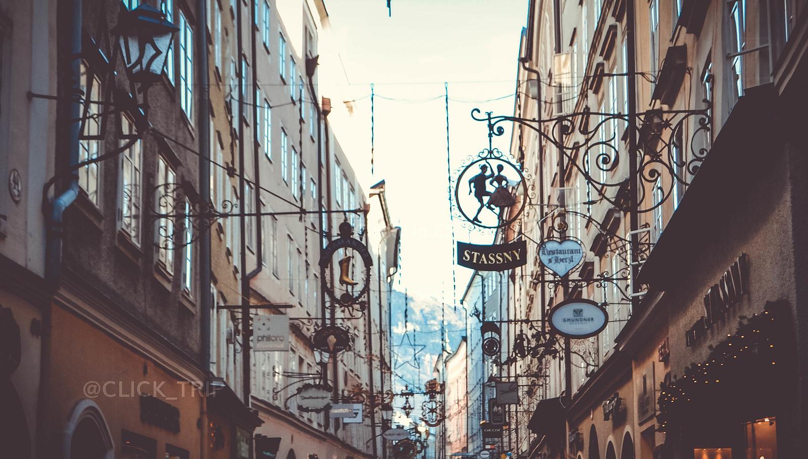 · Qué ver en Salzburgo en un dia · Letreros en Getreidegasse · Austria · Salzburg · Click_Trip ·