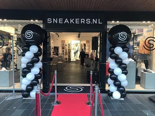Ballonpilaar Breed Rond Opening Sneakers Lijnbaan Rotterdam
