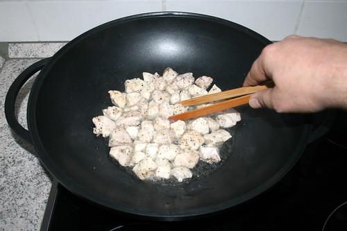 22 - Hähnchenbrust rundherum anbraten / Fry chicken dices