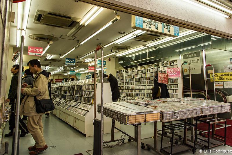 Decenas de miles de CDs de segunda mano en Den Den Town