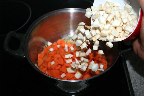 27 - Möhren &  Knollensellerie in Topf geben / Put carrots & celeriac