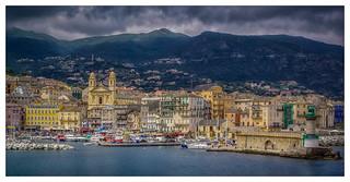 Arrivée ensoleillée au port de Bastia, sous un ciel toutefois  menaçant